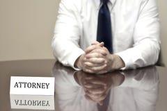 Advokat på skrivbordet med affärskortet Arkivfoton
