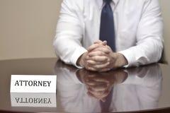 Advokat på skrivbordet med affärskortet Arkivfoto