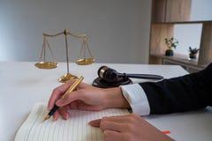 Advokat som arbetar på dokument royaltyfria foton