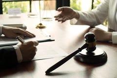 Advokat som i regeringsst?llning arbetar med avtalsklienten p? tabellen konsulentadvokat, advokat, domstoldomare, begrepp royaltyfri bild