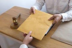 Advokaten överför dokument för ett avtal till klienten i regeringsställning konsulentadvokat, advokat, domstoldomare, begrepp arkivbilder