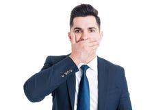 Advokaten eller mäklaren som täcker hans mun med, gömma i handflatan Fotografering för Bildbyråer