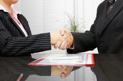 Advokaten och klienten är handshaking efter lyckat möte arkivbilder