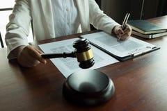 Advokaten som arbetar med avtalet, skyler ?ver brister p? tabellen i regeringsst?llning konsulentadvokat, advokat, domstoldomare, arkivfoton