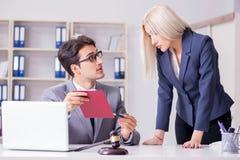 Advokaten som diskuterar det lagliga fallet med klienten Arkivfoton