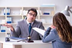 Advokaten som diskuterar det lagliga fallet med klienten Royaltyfri Foto