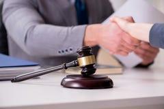 Advokaten som diskuterar det lagliga fallet med klienten Royaltyfria Bilder