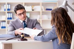 Advokaten som diskuterar det lagliga fallet med klienten Royaltyfri Fotografi