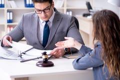 Advokaten som diskuterar det lagliga fallet med klienten Fotografering för Bildbyråer