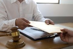 Advokaten ?verf?r dokument f?r ett avtal till klienten i regeringsst?llning konsulentadvokat, advokat, domstoldomare, begrepp royaltyfria foton