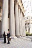 Advokater som skakar händer på domstolsbyggnadmoment Royaltyfri Bild