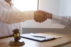 Advokathandskakning Advokatfolk som skakar h?nder med klienten som upp avslutar ett m?te, framg?ng?verenskommelsef?rhandling royaltyfri bild