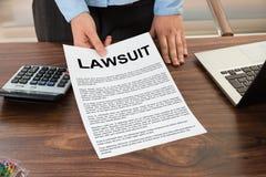 AdvokatShowing The Lawsuit dokument royaltyfri foto