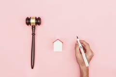 Advokatskrivbord för bästa sikt, objekt på rosa bakgrund med manhanden ho royaltyfria bilder