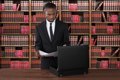 AdvokatWith Papers And portfölj på skrivbordet fotografering för bildbyråer