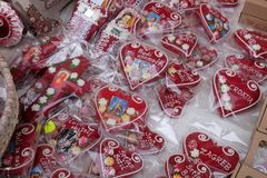 Adwent W Zagreb, Chorwacja Sprzedawca sprzedaje ręcznie robiony Bożenarodzeniowe dekoracje z tradycyjnym Licitar kierowym symbole zdjęcia royalty free