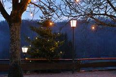 Adwentowa sezon wieś przy dżdżystą nocą Zdjęcia Stock
