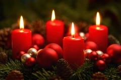 Adwentowy wianek z 4 płonącymi świeczkami Zdjęcie Stock