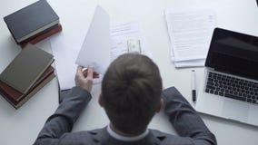 Adwokat niszczy dowód od dochodzenie raportu po znajdującej łapówki zbiory