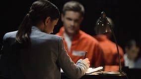 Adwokat obronny kobieta przeprowadza wywiad obwinionego więźnia dla sądu, rzecznictwa poparcie zdjęcie wideo