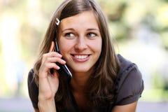 Ady que habla en el teléfono móvil Fotografía de archivo