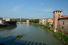 Adyga-Fluss an Castelvecchio-Schloss in Verona, Italien Lizenzfreie Stockbilder