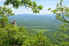 Adygea, paisaje de la montaña en primavera En el fondo del canto caucásico principal Fotos de archivo libres de regalías