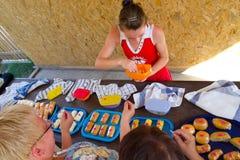 Adygei乳酪在农产品市场的品尝样品  免版税库存图片