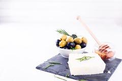 Adygeikäse mit Honig und Oliven Lizenzfreie Stockbilder