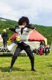 Adyghe-Kerl in den Circassian nationalen Kostümen, die auf ethnisches Festival in den Bergen von Adygea tanzen Stockfotos