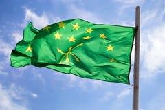 Adygian-Flagge auf Himmel- und Wolkenhintergrund Lizenzfreie Stockbilder