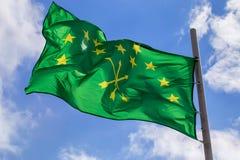Adygian-Flagge auf Himmel- und Wolkenhintergrund Lizenzfreies Stockfoto