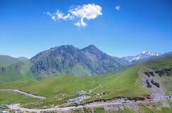 adyr高加索elbrus峡谷湖山区域su 俄国 2016年7月17日:在天然分界线dzhily su,河Malka和Kyzylkol的全景 免版税图库摄影