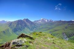 adyr高加索elbrus峡谷湖山区域su 俄国 2016年7月17日:在天然分界线dzhily su,河Malka和Kyzylkol的全景 库存图片
