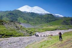 adyr高加索elbrus峡谷湖山区域su 俄国 2016年7月17日:Elbrus山夏天视图 山的游人 免版税库存照片