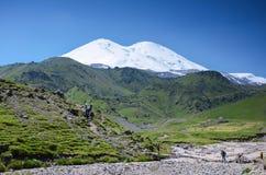 adyr高加索elbrus峡谷湖山区域su 俄国 2016年7月17日:Elbrus山夏天视图 库存照片