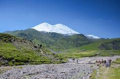 adyr高加索elbrus峡谷湖山区域su 俄国 2016年7月17日:Elbrus山夏天视图 免版税库存图片