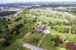 Aearial tiró el castillo Escocia Gran Bretaña del paisaje del bosque del parque Imágenes de archivo libres de regalías