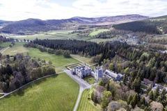 Aearial tiró el castillo Escocia Gran Bretaña del paisaje del bosque del parque Imagenes de archivo