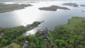 Aearial tiró la isla de Dunvegan del lago del paisaje de Skye Scotland Great Britain metrajes