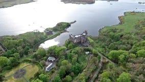 Aearial tiró la isla de Dunvegan del lago del paisaje de Skye Scotland Great Britain almacen de metraje de vídeo