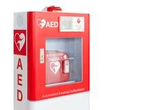 Aed-ask eller medicinsk första hjälpenapparat för automatiserad yttre Defibrillator som isoleras på vit fotografering för bildbyråer
