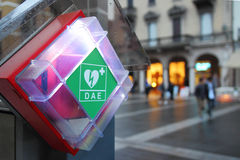 AED in einer Straße Stockfoto