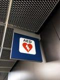 AED unterzeichnen herein ein ariport Stockbild