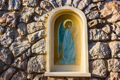 Aedicula con ángel pintado en Medjugorje Fotos de archivo libres de regalías
