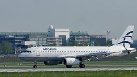 Aegean Airlines acepilla en pista en el aeropuerto de Munich almacen de video