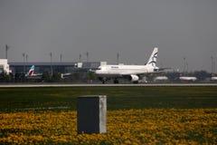 Aegean Airlines spiana il rullaggio nell'aeroporto di Monaco di Baviera, MUC immagini stock