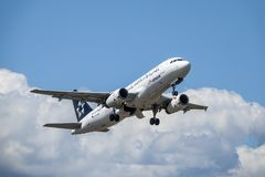 Aegean Airlines, Star Alliance, Airbus A320 - 200 decollano immagine stock