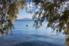 Aegean hav, Chalcis, Grekland Litet fartyg på det azura vattnet Arkivbilder