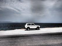 Aegina, Griechenland-Auto geparkt durch Ozean Lizenzfreie Stockfotos